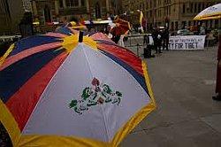зонт с тибетским флагом